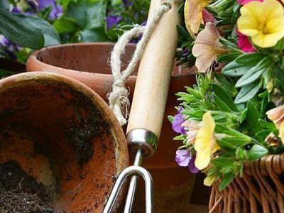 doniczki i narzędzia ogrodowe